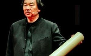 Японский архитектор Шигеру Бан получил премию имени матери Терезы за достижения в социальной деятельности. Как сообщает Designboom, его наградили за многолетнюю работу в зонах природных и техногенных катастроф.