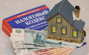 В новом году в России вступят в силу изменения, которые касаются расчета налога на недвижимость, включая дома, хозяйственные постройки и квартиры. В 2019 году налог на недвижимость будут рассчитывать по кадастровой стоимости не в 63, как в прошлом, а уже в 70 регионах страны. Кадастровая стоимость жилья считается более приближенной к рыночной. Переход на данный вид налогообложения в России начали внедрять еще три года назад, однако из-за резкого увеличения нагрузки по уплате налогов для собственников жилья были приняты определенные поправки, в частности был установлено 10% ограничение роста налога. С начала 2019 года собственники жилья могут оспаривать установленную кадастровую стоимость. Кроме того, граждане смогут для проведения расчета налогов на имущество обращаться не только в налоговую службу, но и в многофункциональные центры муниципальных и государственных услуг.