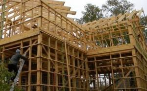 Рассмотрим, что такое быстровозводимый каркасный дом. Какие технологии при этом используются. Какие преимущества есть у таких строений.