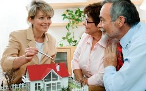 Занявшись поиском подходящей недвижимости в газетах или в интернете, сразу можно заметить такую тенденцию: многие объявления несут в себе предложения какого-либо агентства недвижимости.