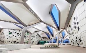 Уникальный исследовательский центр KAPSARC, спроектированный Захой Хадид, открылся в столице Саудовской Аравии Эр-Рияде. Комплекс начали строить еще в 2014 году, при жизни архитектора. Объект поражает не только интересной архитектурой, но и конструктивными и инженерными решениями, обеспечившими ему платиновый сертификат LEED.
