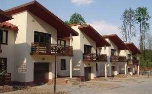 Дома в коттеджных поселках эконом-класса пользуются устойчивым спросом, и найти их большая проблема. В статье мы узнаем, почему покупатели отдают предпочтение жилью в поселках эконом-класса, и чем привлекательны наделы земли без подряда.