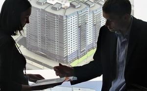 Бывают разные ситуации, при которых невозможно уйти от продажи жилья. Продать квартиру можно двумя доступными способами. Первый заключен в использовании услуг агентств недвижимости и важно, если у вас на примете есть надежное и проверенное. Второй способ заключен в самостоятельном проведении всех операций по продаже.