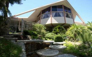 9,5 миллионов американских долларов ― такова стоимость особняка, который переделали в музей знаменитого Элвиса.