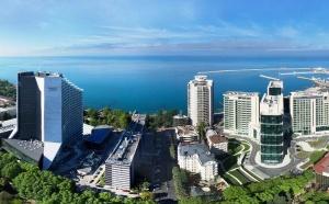 За последние годы Сочи — главный курорт страны — сделал огромный скачок в развитии. Для туристов, лишь изредка приезжающих в город, это хорошо, а для тех, кто планировал осесть у моря надолго — не очень.