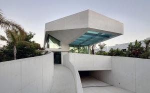 Уникальный по своей задумке дом был создан в Испании. Он был возведен на побережье Средиземного моря в местечке Марбелье. Это место особенное. Здесь климат теплый, и практически постоянно стоит солнечная погода. Этим и решили воспользоваться архитекторы.