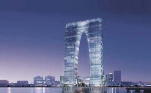 «Ворота Востока» - так официально называется небоскреб, который вырос в городе Сучжоу  в Китае. Строение представляет собой 2 башни, которые расположены рядом друг с другом, а соединяются посредством перехода на большой высоте. Такая необычная конструкция пришлась местным жителям не по вкусу. Они прозвали новое сооружение очень просто – «Штаны».