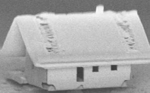 Вся конструкция умещается на кончике оптоволоконной нити. Для создания дома использовался ионный лазер.