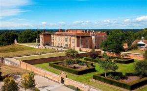 В Великобритании в графстве Хэмпшир на аукцион было выставлено имение Bramshill House по рекордно низкой цене для сооружения подобных размеров и истории.