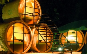 Проектировщики из Мексики решили применить старые дренажные трубы по-особенному: использовать их в качестве основы для уникальной гостиницы TuboHotel. Такой гостиничный комплекс в городе Тепостлан очень быстро завоевал огромную популярность у любителей нестандартного отдыха, отмечают специалисты.
