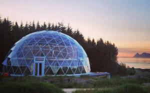 Чета Хьертефогер, что живет в Норвегии, создала необычный дом на острове Сандхорней, который находится на севере страны. Домик этот состоит из глины и соломы с прилегающей территории, которая покрыта стеклянным куполом.